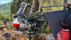 A la izquierda, el teleférico tras el accidente. A la derecha, Eitan dentro de la cabina antes del suceso.