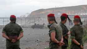 Militares españoles en la playa de El Tarajal, de Ceuta.
