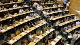 Imagen de archivo de alumnos haciendo la Selectividad.