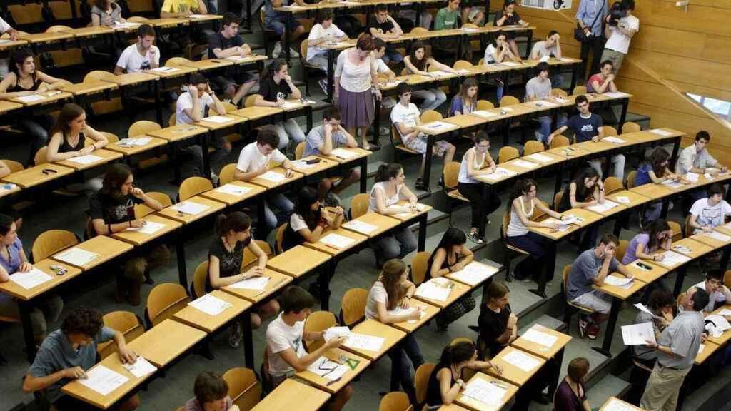 Un grupo de alumnos realizan las pruebas de la EBAU.