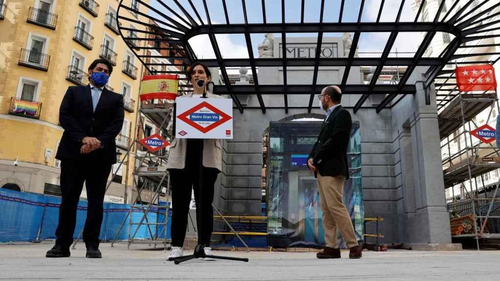 Isabel Díaz Ayuso junto al acceso a la estación de Metro de Gran Vía, tras su visita a las obras.
