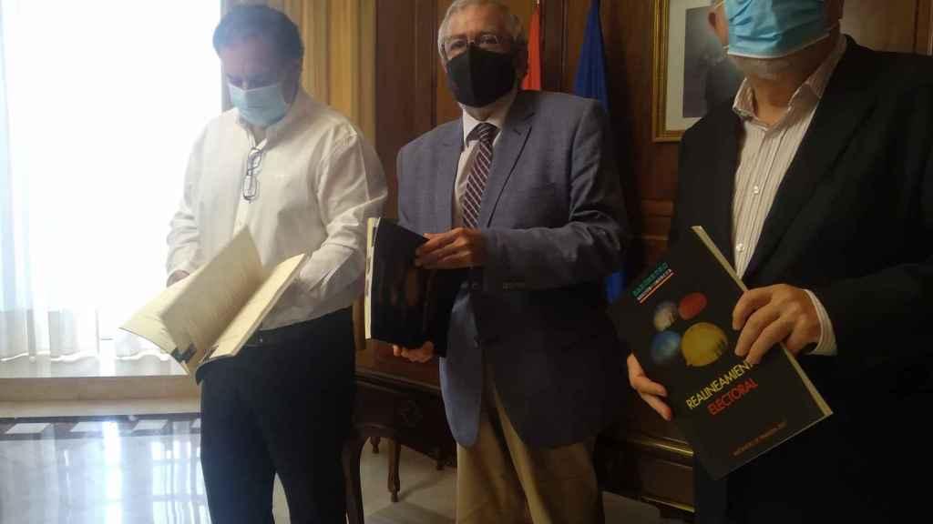 Ismael Crespo, codirector del Cemop; Alberto Castillo, presidente de la asambela Regional, y Juan José Escribano, codirector del Cemop.
