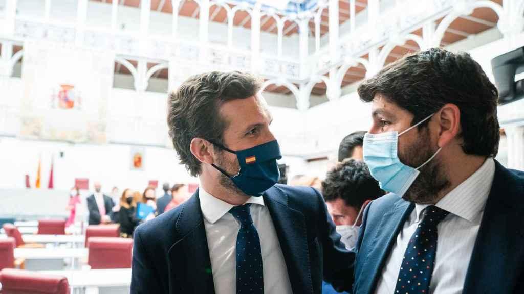 El líder nacional del PP, Pablo Casado, junto al presidente regional, Fernando López Miras.