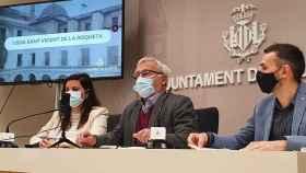 Joan Ribó, en el centro, junto a sus vicealcaldes Sandra Gómez (PSPV-PSOE) y Sergi Campillo (Compromís). EE