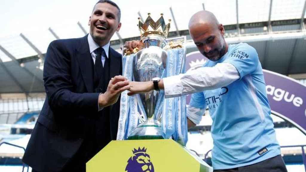 Al-Mubarak, presidente del Manchester City, con Pep Guardiola