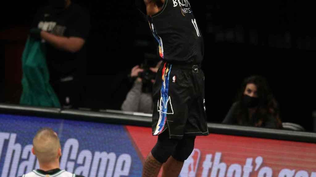 Irving anotando en el Nets - Celtics
