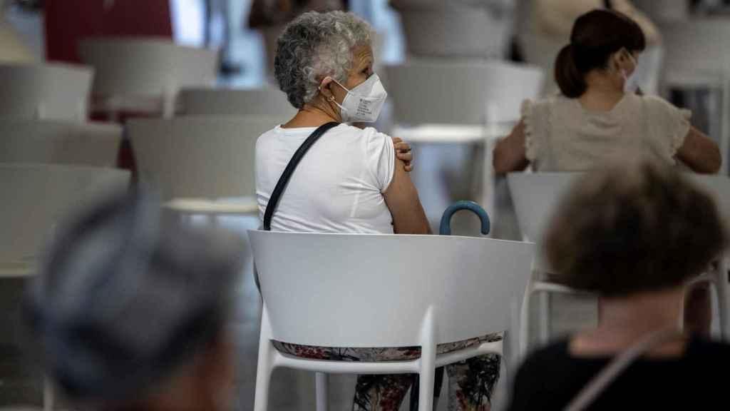 Una persona en Valencia esta semana, tras recibir la segunda dosis de la vacuna.