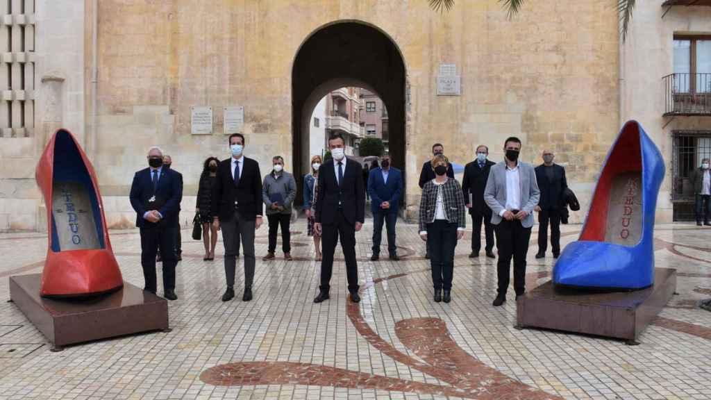 17 alcaldes de España con vínculos con el calzado se reunieron en Elche el pasado 16 de abril para  presionar contra el fin de este arancel de EEUU.