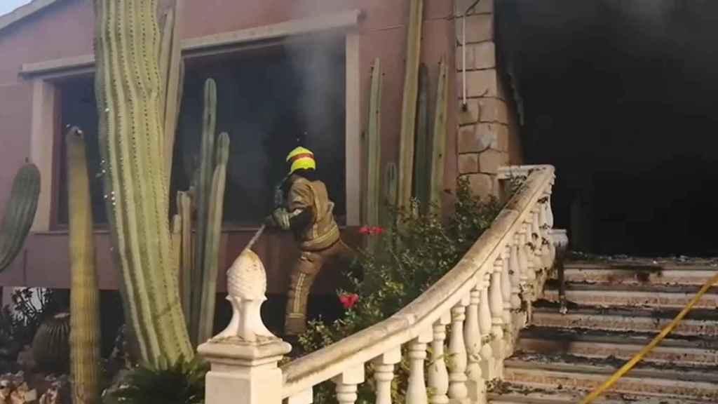 Momento en el que los bomberos entran en el domicilio en llamas.