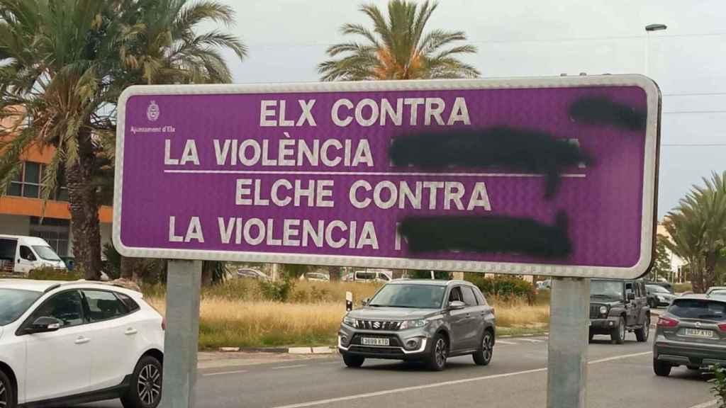 Señal atacada en la entrada de Elche desde la carretera de Alicante.