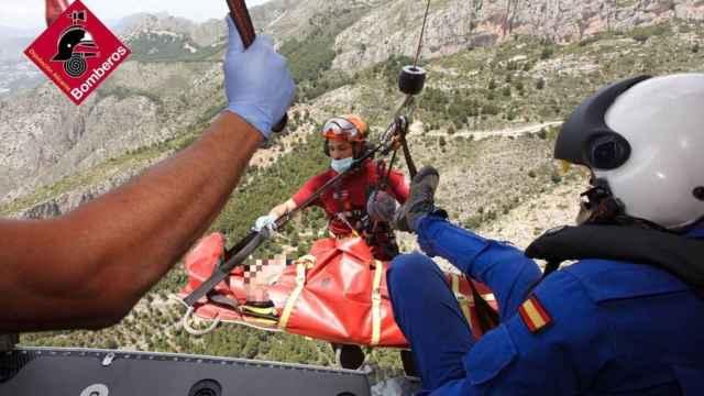 El equipo de rescate del Consorcio de Bomberos con el senderista de 75 años en Xaló