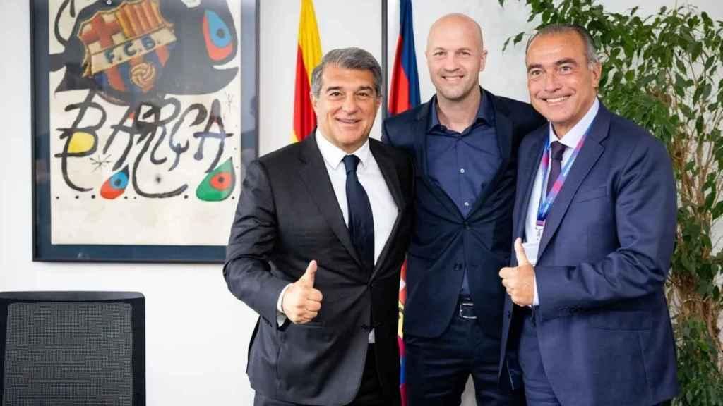Joan Laporta, Jordi Cruyff y Rafa Yuste, en la firma de contrato del hijo de Johan