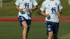 Pau Torres y Gerard Moreno, durante un entrenamiento con la selección española de fútbol