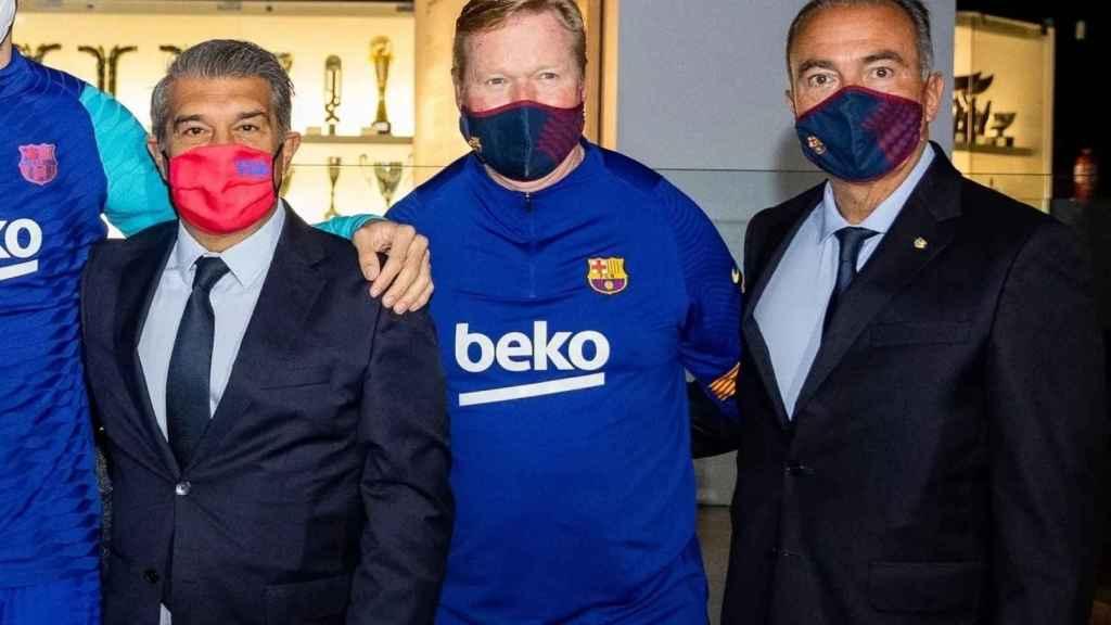 Joan Laporta, Ronald Koeman y Rafa Yuste, en una fotografía con la Copa del Rey
