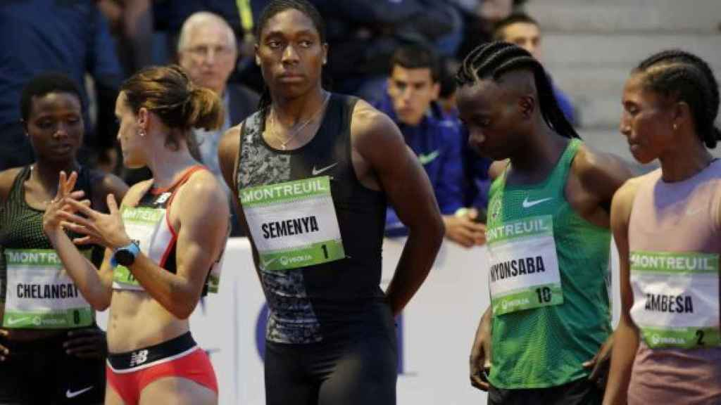Caster Semenya y Francince Niyonsaba antes de una prueba