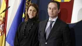 La exsecretaria general del PP María Dolores de Cospedal, junto al inspector jefe Andrés Gómez Gordo.