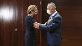 Yolanda Díaz saluda a Ángel Víctor Torres, presidente de Canarias.
