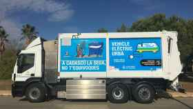 Camión de limpieza de FCC que desarrolla su labor en la ciudad de Valencia.