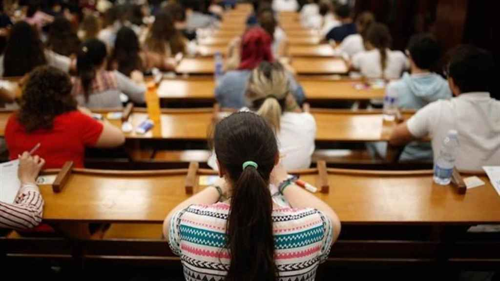 Imagen de archivo de unos estudiantes realizando selectividad.