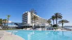 El hotel Torre del Mar, en Ibiza, donde han aparecido los jóvenes muertos.