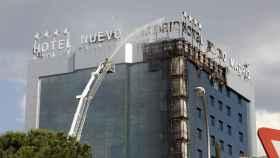 Los bomberos extinguen las llamas en el Hotel Nuevo Madrid.