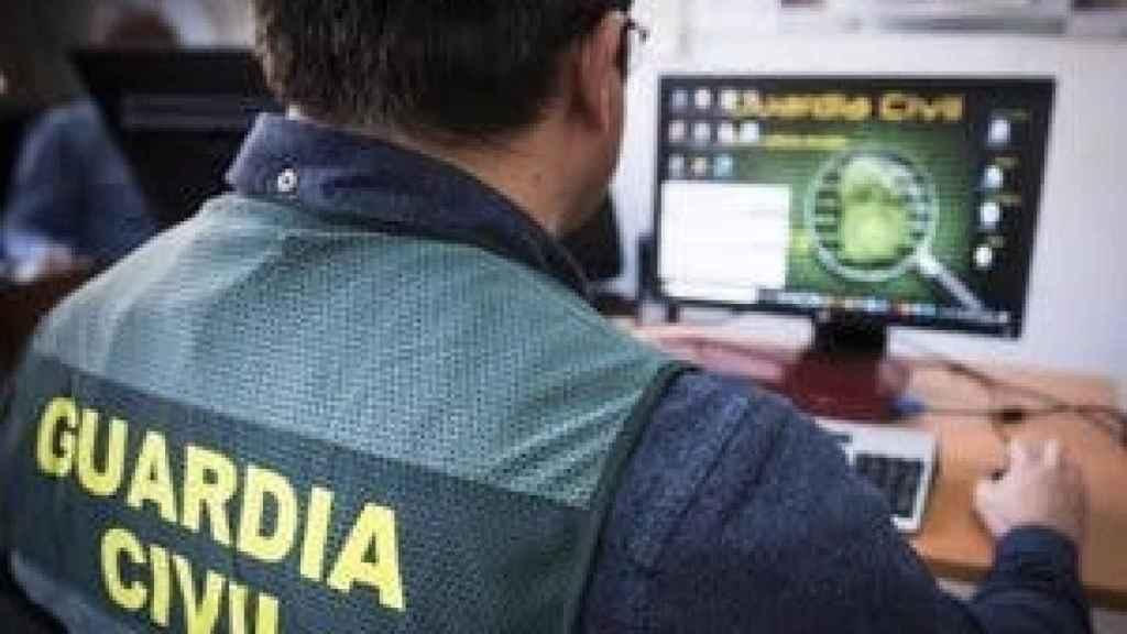 Un agente del Instituto Armado recabando información por internet.