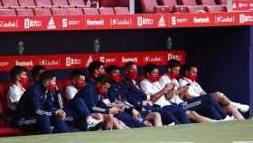 Los jugadores de la Selección en el banquillo antes del partido ante Portugal