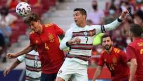Pau Torres y Cristiano pelean un balón en el España - Portugal