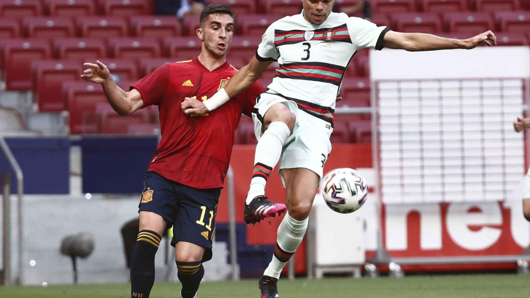 Pepe despeja un balón ante la presión de España