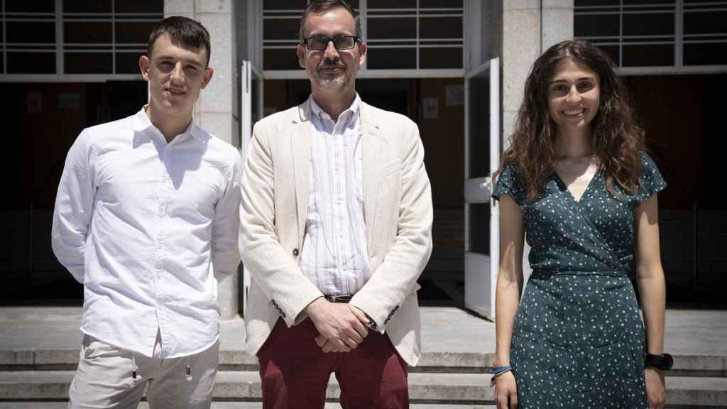 Los estudiantes Ismael Nogal y Paula Cordero, junto al decano de la Facultad de Físicas, Ángel Gómez.