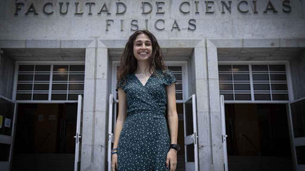 Paula Cordero, en la entrada de la Facultad de Física de la UCM.