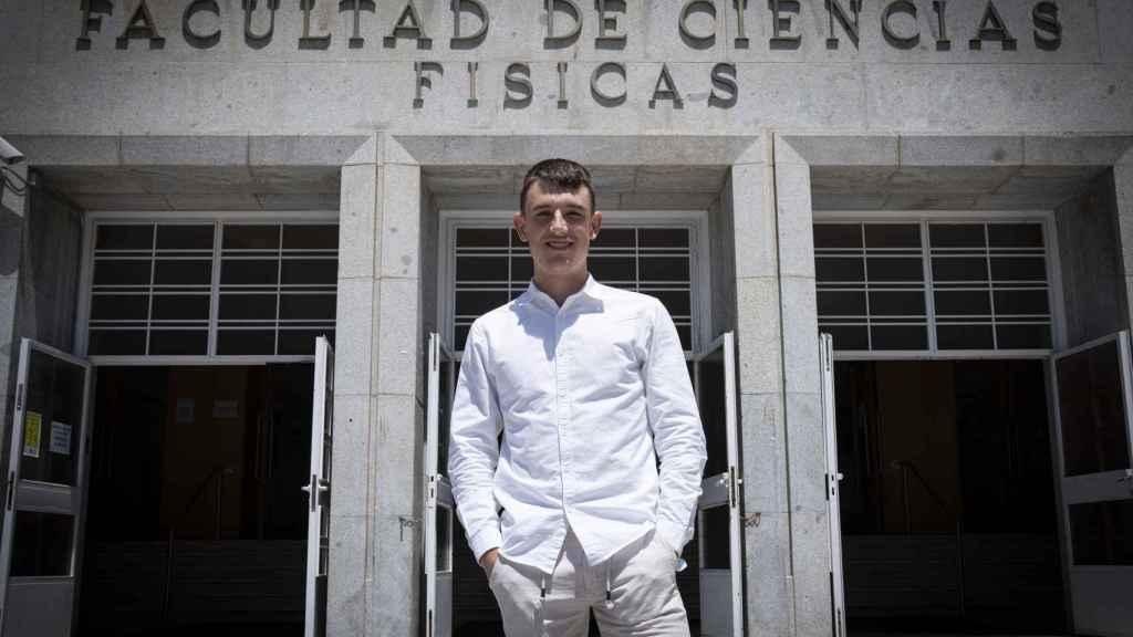 Ismael Nogal, en la entrada de la Facultad de Física de la UCM.