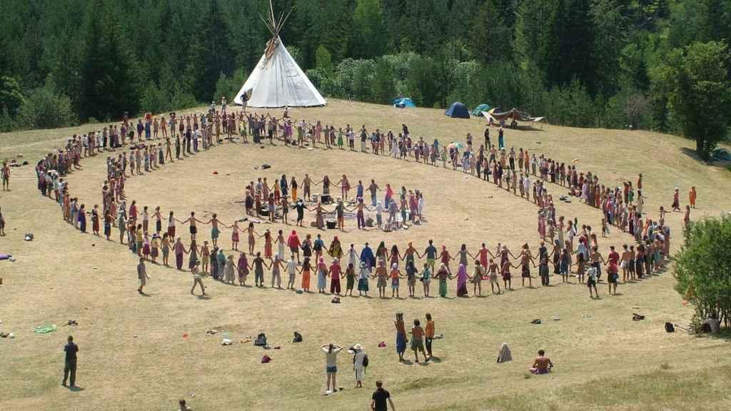La Familia Arcoíris, una comuna de hippies que practican sexo libre y van desnudos.