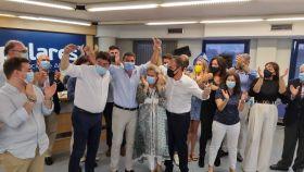 Mazón celebrando el triunfo en la sede del partido en Alicante.