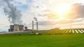 La producción de electricidad por fuentes renovables y fósiles.