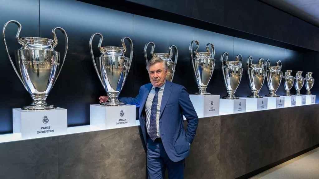 Ancelotti posando con el trofeo de la Champions League ganado en 2014
