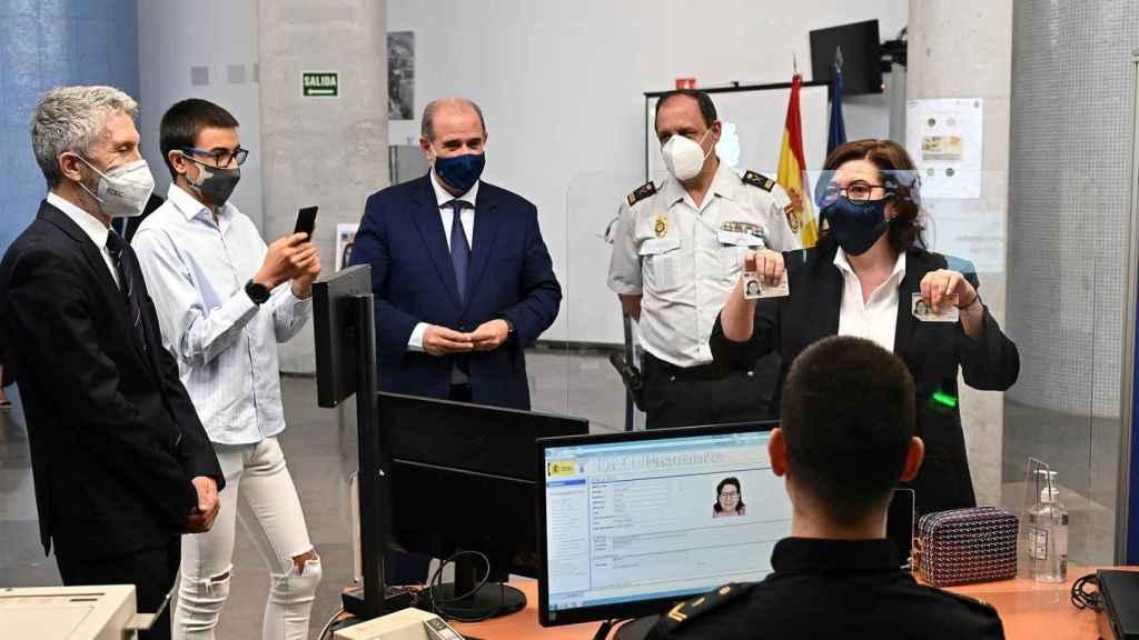 La actriz María Luisa Martín (d) posa con el primer DNI europeo expedido en España junto al ministro de Interior, Marlaska.