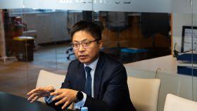 Tony Jin Yong , CEO de Huawei, durante un momento de su entrevista con Invertia.