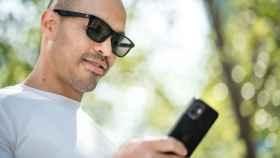 Así son las gafas de sol inteligentes.