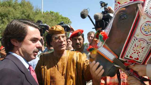 Muamar el Gadafi, José María Aznar y El Rayo del Líder en Trípoli en septiembre de 2003.