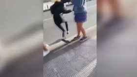 Captura del vídeo en el que una joven de 14 años es atropellada por un reto viral.