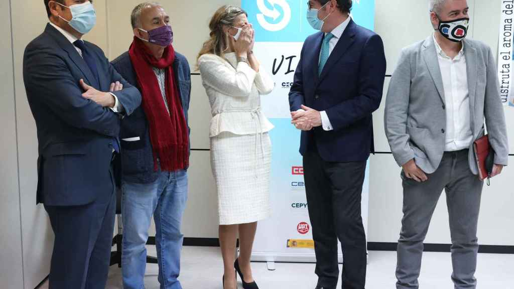 El presidente de Cepyme, Gerardo Cuevas; el líder de UGT, Pepe Álvarez; la vicepresidenta y ministra de Trabajo, Yolanda Díaz; el presidente de CEOE, Antonio Garamendi; y el líder de CCOO, Unai Sordo.