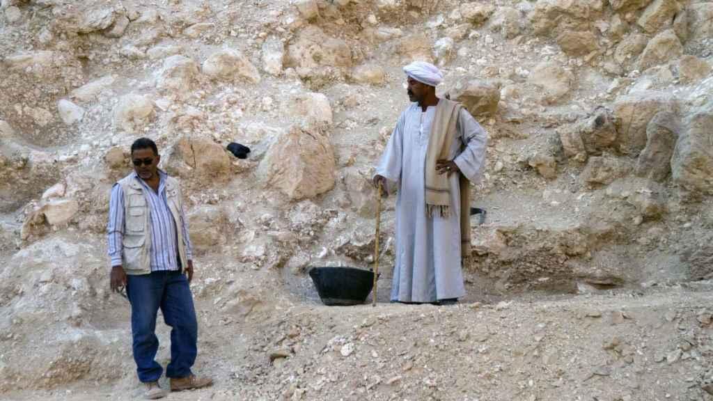 Dos arqueólogos del equipo de Hawass, durante las excavaciones en el Valle de los Reyes.