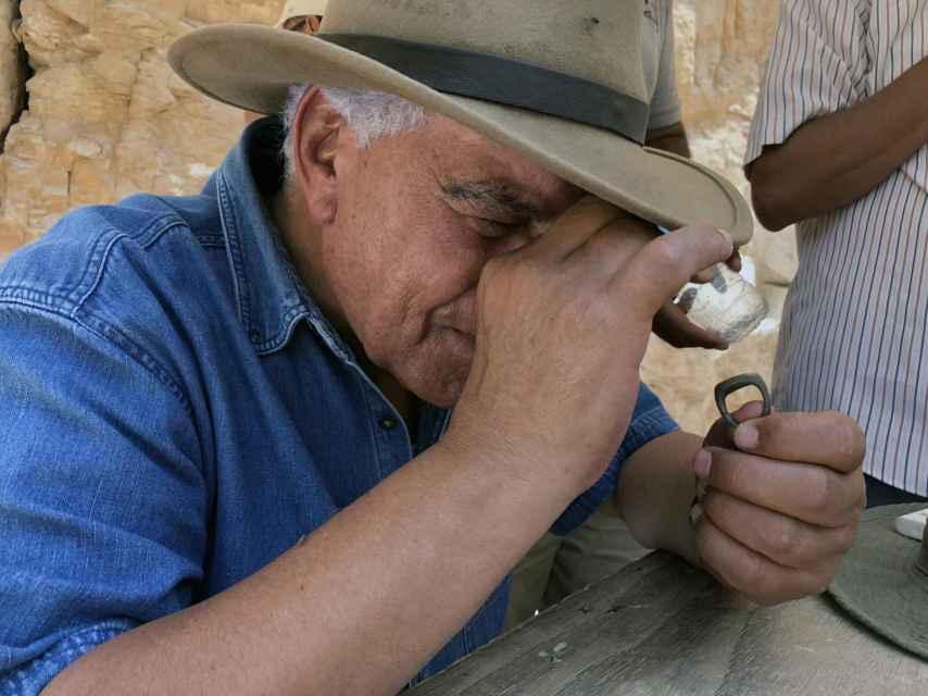 Zahi Hawass inspecciona la inscripción del anillo de bronce.
