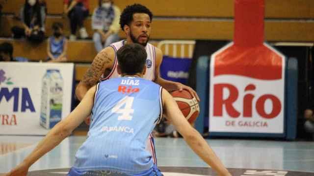 Pitts inicia una acción de ataque ante un jugador de Breogán.