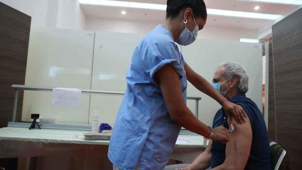 El consejero de Sanidad de la Comunidad de Madrid, Enrique Ruiz Escudero, es vacunado en el Hospital Puerta de Hierro de Majadahonda (Madrid).