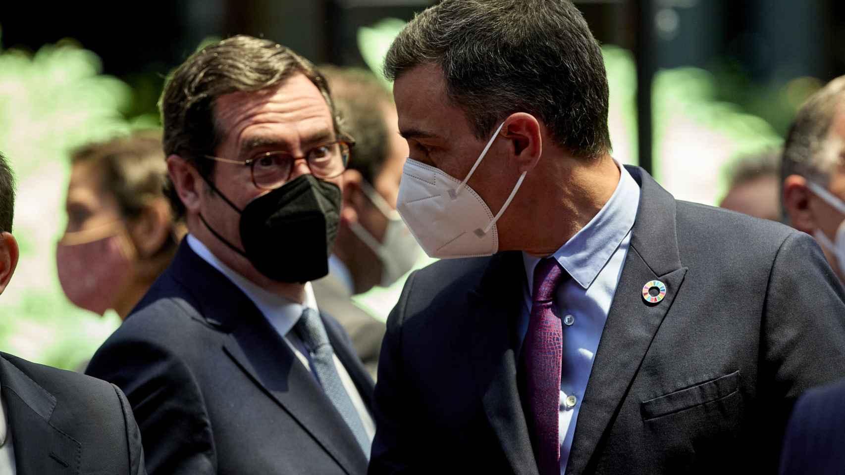 Antonio Garamendi, presidente de CEOE, y Pedro Sánchez, presidente del Gobierno.