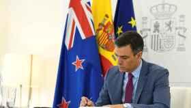 El presidente del Gobierno, Pedro Sánchez, mientras mantiene una videoconferencia con la primera ministra de Nueva Zelanda, Jacinda Ardern, desde Madrid.