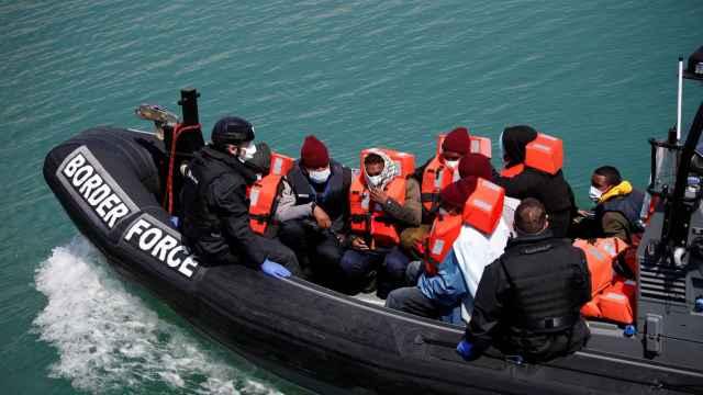 Un grupo de inmigrantes llegados a las costas de Dover.