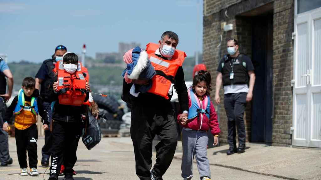Un grupo de inmigrantes llegando a la costa de Dover.